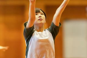 体育館で運動をする女子学生の写真素材 [FYI03145913]
