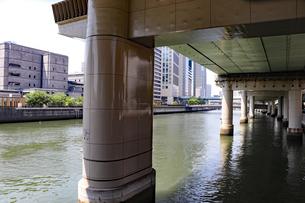都会の川に沈む橋脚の写真素材 [FYI03145981]
