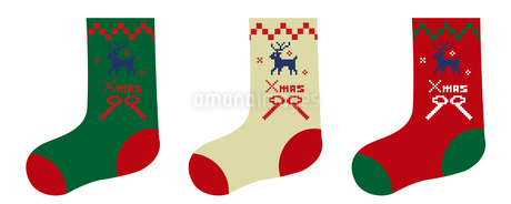 赤と緑と白トリコロールカラーのトナカイとクリスマスの靴下のイラスト_ノルディック柄のイラスト素材 [FYI03146125]