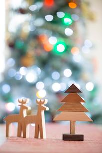トナカイとクリスマスツリーの写真素材 [FYI03146133]