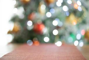 テーブルとイルミネーションの背景素材の写真素材 [FYI03146157]
