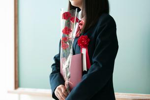 卒業証書と花を持つ女子学生の写真素材 [FYI03146205]