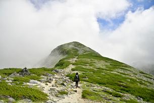 頂上を目指す登山者の写真素材 [FYI03146310]