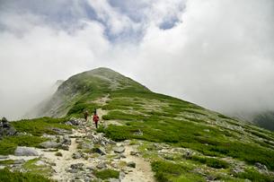 別山を目指す登山者の写真素材 [FYI03146311]