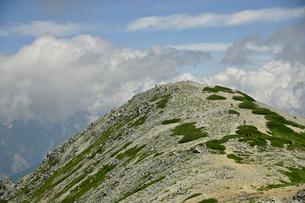 雲と青空と山頂の写真素材 [FYI03146330]