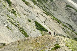 尾根を歩く登山者の写真素材 [FYI03146344]