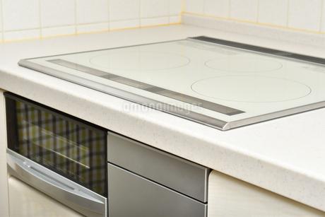 システムキッチン(IHクッキングヒーター)の写真素材 [FYI03146843]