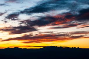 高ボッチ高原より乗鞍岳・穂高連峰・槍ヶ岳北アルプスの稜線と夕焼けの空の写真素材 [FYI03146878]
