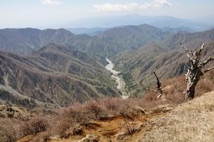 春のユーシン渓谷と檜岳山稜 の写真素材 [FYI03147046]