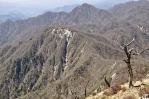 蛭ヶ岳より望む臼ヶ岳と同角ノ頭の写真素材 [FYI03147075]