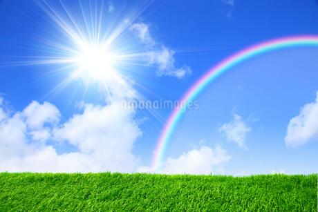 太陽と虹と草原の写真素材 [FYI03147167]