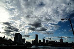 横浜・みなとみらい街並みのシルエットの写真素材 [FYI03147216]