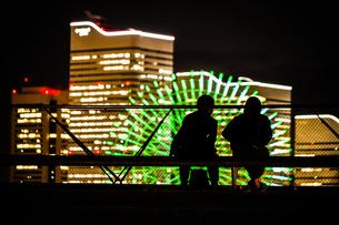 横浜大さん橋の人々と横浜の夜景の写真素材 [FYI03147219]