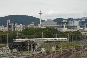 京都タワーと鉄道の写真素材 [FYI03147225]