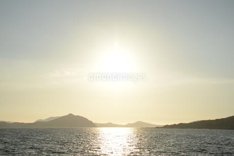 水面に輝く太陽の写真素材 [FYI03147230]
