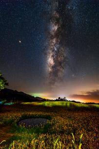 夜空に輝く星と六十石山の写真素材 [FYI03147296]