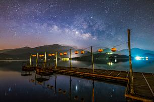 夜の日月潭の写真素材 [FYI03147303]