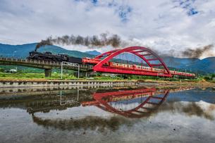 水面に反射する客城鉄橋の写真素材 [FYI03147304]