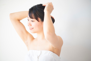 髪を触っている女性のビューティーイメージの写真素材 [FYI03147445]