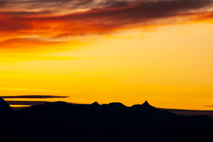 高ボッチ高原より槍ヶ岳の稜線と夕焼けに染まる空の写真素材 [FYI03147665]