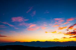 高ボッチ高原より夕焼けに染まる雲と御嶽山・中央アルプス・乗鞍岳の稜線の写真素材 [FYI03147674]