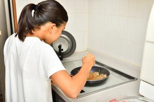 料理をする女の子の写真素材 [FYI03147801]