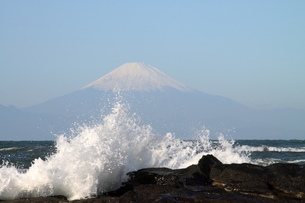 富士山と波濤の写真素材 [FYI03147947]