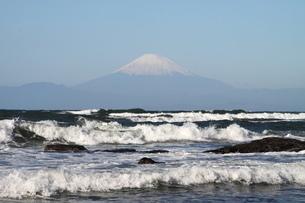 富士山と荒波の写真素材 [FYI03147948]