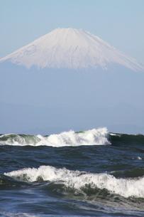 富士山と荒波 縦の写真素材 [FYI03147949]