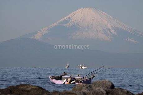 富士山と漁師の写真素材 [FYI03147951]
