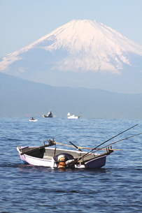 富士山と漁師 縦の写真素材 [FYI03147952]