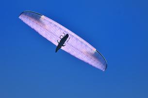 飛行中のパラグライダーの写真素材 [FYI03147976]