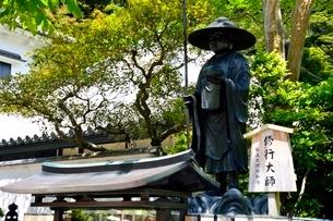 宝塚,新緑の清荒神境内,修行大師の写真素材 [FYI03148057]