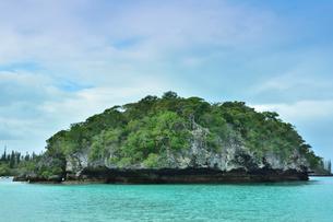 ニューカレドニア・イル・デ・パン自然植生の岩があるカヌメラ湾の写真素材 [FYI03148227]