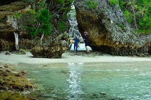 ニューカレドニア・イル・デ・パンのカヌメラ湾カヌメラビーチの岩場でシュノーケリングをする二人の写真素材 [FYI03148245]
