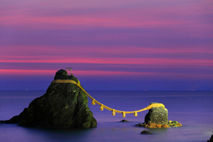 夜明けの伊勢二見浦 夫婦岩のライトアップ の写真素材 [FYI03148356]
