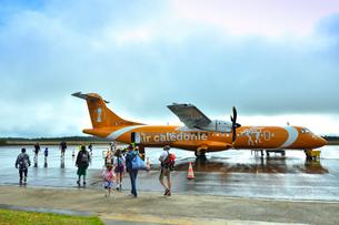 ニューカレドニア・イル・デ・パン空港で機内に乗り込む乗客の人々の写真素材 [FYI03148401]