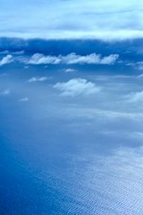 ニューカレドニア上空から見た雲とさざ波立つ海の写真素材 [FYI03148406]