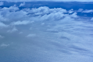 ニューカレドニア上空から見た雲とさざ波の写真素材 [FYI03148407]