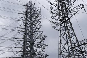 密集する高圧電線、鉄塔の写真素材 [FYI03148631]