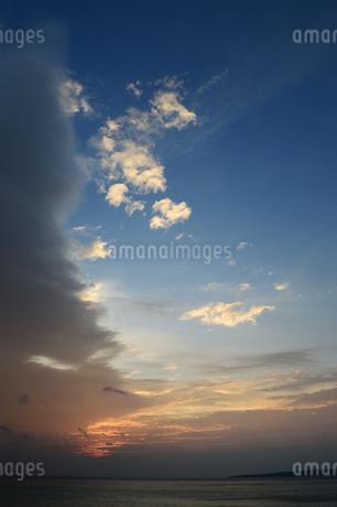 快晴と曇りに別れた空の写真素材 [FYI03148663]