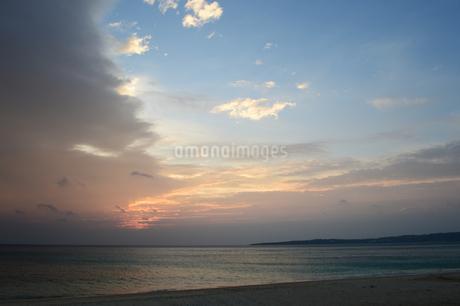 快晴と曇りに別れた空の写真素材 [FYI03148708]