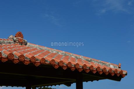 沖縄の赤瓦屋根の東屋の写真素材 [FYI03148711]