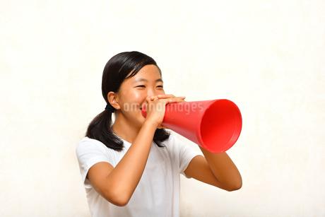 メガホンで応援する女の子の写真素材 [FYI03148806]