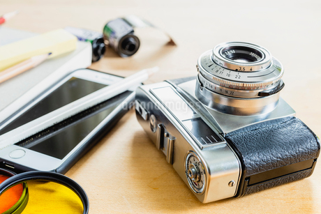 フィルムカメラとスマホの写真素材 [FYI03148868]