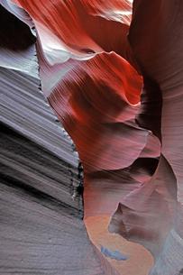 米アリゾナ州ページ近郊にあるアンテロープキャニオンの水が削り出した渓谷美の写真素材 [FYI03148875]