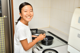 料理をする女の子の写真素材 [FYI03148902]