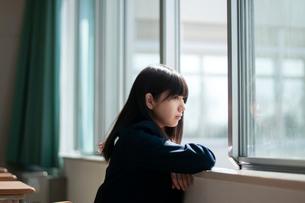 教室で外を眺める女子学生の写真素材 [FYI03149335]