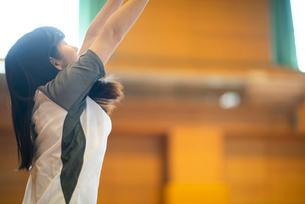 体育館で運動をする女子学生の写真素材 [FYI03149346]