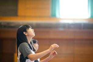 体育館で運動をする女子学生の写真素材 [FYI03149347]